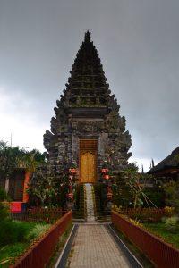 Pura Ulun Danu Batur a blížiaci sa dážď.