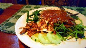 Úzasné Gado Gado (zelenina s arašidovou omáčkou)