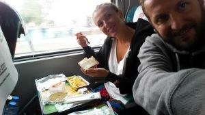 Raňajky vo vlaku.