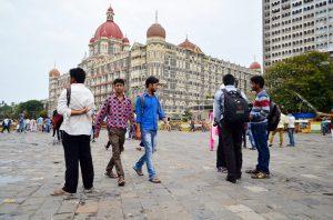 Takto sa tu chlapci vodia za ruky. V pozadí známy hotel Taj Mahal.