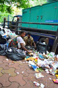 Triedenie odpadkov v uliciach Bombaju.