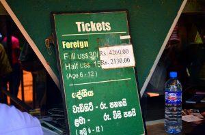 Tabuľa so vstupným pre turistov.