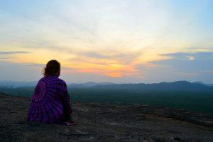 Tu ma veľká šatka zahrievala pri východe slnka v Sigiriyi.
