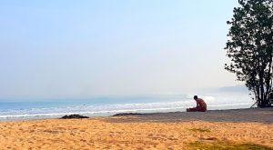 Kladenie ranných obetí na pláži. Dimouš ma skritizoval, čo som paní neposlala viac na slnko....