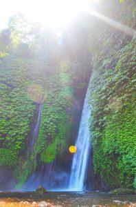 Lietajúci pomaranč a v pozadí Tanah Barak Waterfall.