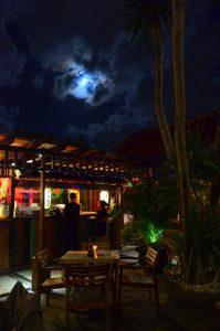 Teraska v Hana Sushi a nádherný spln mesiaca. Lepšiu atmosféru sme k tým hodim ani nemohli mať.