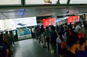 Na vstup do metra sa čaká ako podľa pravítka.